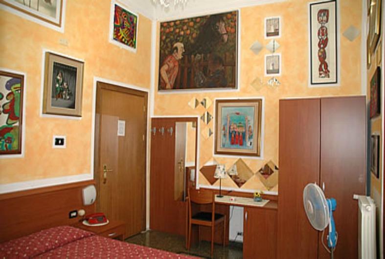 http://www.guidadigenova.it/wp-content/uploads/2013/05/albergo-astro-camera-bagno-privato.jpg