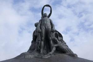 Genova Quarto, Monumento piazzale Crispi